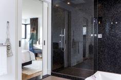 Design inloopdouche met een glazen douchewand tot het plafond.