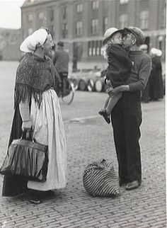 Scheveningse haven, einde van de staking, een gedeelte van de vloot vaart uit. Afscheid van moeder en zusje 12 juli 1938 by Jo Hedwig Teeuwisse, via Flickr Old Pictures, Old Photos, Vintage Photos, The Hague, Black And White Pictures, Historical Photos, Traditional Outfits, Black And White Photography, Netherlands