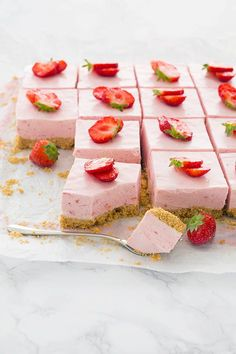 Aardbeien cheesecake bars - Lilly is Love Strawberry Cheesecake Bars, Appetizer Recipes, Dessert Recipes, High Tea Food, Yummy Food, Tasty, Snacks Für Party, Food Inspiration, Love Food