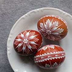 Tři vejce v porcelánu Eastern Eggs, Emu Egg, Easter Egg Pattern, Easter Egg Designs, Faberge Eggs, Coloring Easter Eggs, Egg Art, Easter Cookies, Egg Decorating