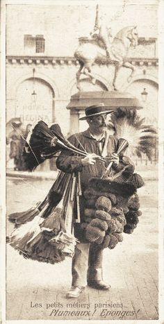 """Plumeaux! Eponges! """"Petits"""" métiers oui, mais très spécialisé... (vieille carte postale, vers 1900)"""