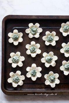 Fiori di pasta sfoglia pronti per essere cotti - Ricetta Fiori di pasta sfoglia