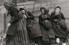 Steden en dorpen. Vier kleine meisjes verbergen zich lachend voor de fotograaf. Staphorst, Nederland, 1937. #Overijssel #Staphorst