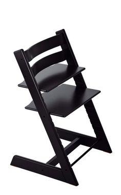 Den originale, ikoniske Tripp Trapp® stolen ble lansert allerede i 1972. Da revolusjonerte den barnestol kategorien, og i dag er den fortsatt like aktuell og unik. Den høye barnestolen løfter barnet opp og inntil spisebordet, der barnet kan ta del i familiestunder og måltider sammen med resten av familien. Tripp Trapp® vokser med barnet, og kan tilpasses barnets størrelse gjennom hele oppveksten. Seteplaten og fotbrettet kan justeres i både høyde og dybde. Dette sikrer at barnet sitter ...