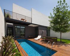 Casa Ming located in Monterrey, Nuevo Leon, Mexico was designed by the practice of LGZ Taller de Arquitectura in 2014 with the generated spaces extending the lines of sight from the long entrance to the linear garden so that each … Continue reading → Pool Fotografie, Deck Design, House Design, Garden Design, Moderne Pools, Small Pools, Pool Designs, Outdoor Pool, Exterior Design