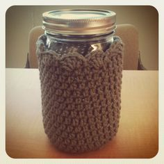 Free Mason Jar Cozy Pattern--Love the scallops at the top. For 32 oz (quart) mason jar Diy Tricot Crochet, Crochet Cup Cozy, Love Crochet, Crochet Gifts, Crochet Yarn, Crochet Things, Mason Jar Cozy, Mason Jars, Pot Mason