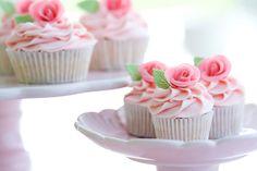 Los cupcakes están súper de moda. Son pastelitos individuales servidos con betún encima. Estos cupcakes de vainilla también están preparados con un betún de vainilla y son perfectos para celebraciones como baby showers, showers de boda y cumpleaños