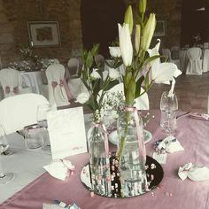 Rosa bottiglie con fiori bianchi