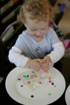 Gelatin play - jello - Beads or similar material in clear gel. Fine motor skills and problem-solving. Toddler Sensory Bins, Sensory Boxes, Baby Sensory, Toddler Play, Sensory Activities, Baby Play, Sensory Play, Infant Activities, Activities For Kids