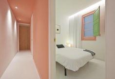 Eleganza basic e giochi di colore per la camera da letto posta a fianco del corridoio d'ingresso. Il rosa diventa un tema cromatico che lega le due stanze da letto più piccole poste lungo il primo asse del progetto