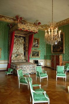 31 ✅ things to do in Palace Of Versailles ✈️ with day trips from Palace Of Versailles. Find the best things to do, eat, see and ⭐ to visit in Palace Of Versailles. Trianon Versailles, Versailles Paris, Visit Versailles, Green Rooms, Bedroom Green, Interior Design History, Luis Xiv, Royal Bedroom, Palace Interior