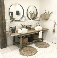 Décoration minimaliste avec des objets naturels de toutes sortes et des vasques à poser