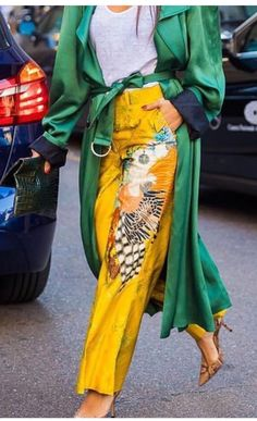 Emeral green coat with canary yellow pants Colourful Outfits, Colorful Fashion, High Fashion, Fashion Beauty, 50 Fashion, Fashion Styles, Silk Coat, Urban Fashion Trends, Lookbook