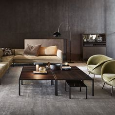 The structural elements of Jan, made of metal, with pewter or copper finishes, bring lightness and sobriety to the volumes, while the eucalyptus or oak woo