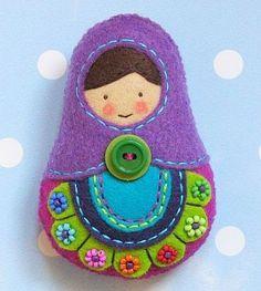 Felt Matryoshka Russian Nesting Doll--really darn adorable! Christmas Fair Ideas, Felt Christmas Decorations, Marine Style, Felt Crafts Diy, Felt Gifts, Felt Embroidery, Matryoshka Doll, Crochet Videos, Love Sewing