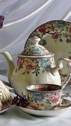 I love vintage tea sets. Tea Cup Saucer, Tea Cups, Cuppa Tea, Teapots And Cups, My Cup Of Tea, Chocolate Pots, High Tea, Afternoon Tea, Tea Time