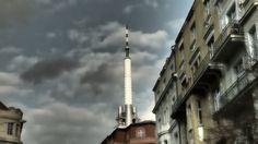 Žižkovská televizní věž  Žižkovský vysílač (též Žižkovská televizní věž, Žižkovská věž či TVPM) je jednou z pražských dominant a současně nejvyšší stavbou (216 m) ve městě, obsahuje tedy i nejvyšší stabilní bod ve městě – kótu 474 m n. m. Leží na rozhraní Žižkova a Vinohrad, v oblasti Mahlerových sadů. Byla postavena v letech 1985 až 1992 Inženýrskými a průmyslovými stavbami Ostrava podle návrhu architekta Václava Aulického a statiků Jiřího Kozáka a Alexe Béma. (wiki) Prague, Cn Tower