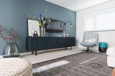 De koele maar sfeervolle kleur Metamorfose op de muur bij Müge en Marvin. Living Room Colors, Cozy Living Rooms, Home Living Room, Living Room Decor, Living Room Upgrades, Home Upgrades, Interior Design Advice, Room Color Schemes, Home Theater Design