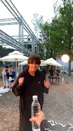 Bts taehyung video such a disappointment? Bts Taehyung, Bts Jimin, Kim Taehyung Funny, Bts Bangtan Boy, Daegu, Foto Bts, V Bts Cute, V Video, Bts Twt
