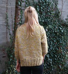 Denne genseren strikkes på tykke pinner i en kombinasjon av Pickles Big Balls og Pickles Big Fuzz, noe som gjør at du blir raskt ferdig og oppnår en veldig kul melering i plagget.