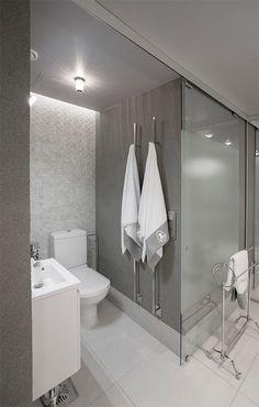 Milla Alftanin suunnittelema kylpyhuone huokuu upee luksusmaista tunnelmaa. Kylpyhuoneessa vaaleiden värisävyjen suosiminen onvaloisuuden kannalta aina järkevä valinta. Erilaisten pinnoissa esiintyvien tekstuureidenja näyttävien valaismienansiosta tilassa vallitsee varsin kodikas tunnelma. Epäsuoran valaistuksen lisäksitästä kylpyhuoneesta löytyy useita eri näyttävieä spottivalaisimia, jotkaluovat upeita varjoja ja saavat seinäpinnat eloon. Lasisella liukuovella tilaa pystyy rajaamaan…