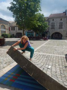 Lauzerte, France, la rue se décolle et dévoile des mosaïques.