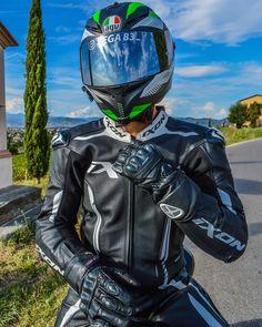 Sexy Biker Men, Biker Boys, Gay Lindo, Agv Helmets, Bike Leathers, Motorcycle Suit, Motocross Bikes, Bikers, Motorbikes