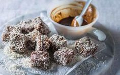 Banting lamingtons - Christmas 2015 Pick n Pay 125 ml butter 60 ml xylitol 5 ml vanilla extract 4 eggs, separated 60 ml coconut pinch ml coconut ml baking powder Chocolate sauce 100 grams dark ml coconut ml dessicated coconut, or flaked coconut Banting Desserts, Banting Recipes, Low Carb Recipes, Cooking Recipes, Free Recipes, Gallette Recipe, Banting Diet, Lchf, Low Carb Cupcakes