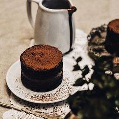 Nossa incrível seleção de bolinhos acabou de chegar aqui no @uberlandiashopping para deixar a hora do café ainda mais deliciosa! Chocolate belga, laranja com azeite, maçã com damasco, frutas secas e nozes, banana... E ainda acompanham a calda de chocolate especial da casa! 👌🏻❤ #CiaMineiradeChocolates #Chocolate #Cake #CoffeeTime