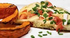 Würzig marinierte Hokkaido-Kürbisspalten mit feinem Tomaten-Camembert-Schaumomelette. Perfekt als Low-Carb-Abendessen für drei Personen geeignet.