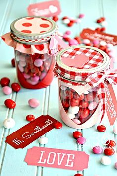 Surprise your loved ones with these easy DIY Valentines mason jar gifts this year! These mason jar gifts are perfect for Valentines day. Valentines Day Treats, Valentines Day Decorations, Valentine Day Crafts, Love Valentines, Handmade Valentine Gifts, Valentine Gifts Ideas, Handmade Gifts, Saint Valentin Diy, Valentines Bricolage