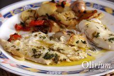 Receta de filete de merluza al horno con patatas y cebollas para dos personas con salsa de hierbas y aceite. Una receta muy sencilla, saludable y deliciosa.