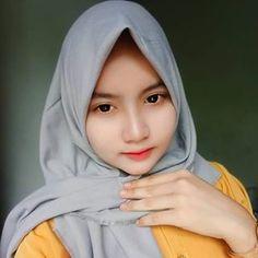 Muslim Fashion, Hijab Fashion, Hijab Chic, Beautiful Hijab, Good Mood, Beauty Photography, Asian Beauty, Raincoat, Womens Fashion