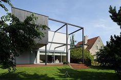 Esse projeto, assinado pelos poloneses do Kameleonlab, é o resultado de uma reforma em uma típica casa polonesa dos anos 70. A casa, inicialmente, era pequ