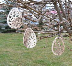 Ozdoby - vejce 3ks Ozdoby - vejce vypálené z keramické hlíny, prořezávané, patinované oxidem, zavěšené na závěsu z černého drátku. Dekorace jako zápich do květináče nebo do vázy. Lze použít i bez závěsu. Velikost ozdoby: 7,5 cm Délka závěsu: 36 cm Cena je za 3 ks Diy Clay, Clay Crafts, Diy And Crafts, Easter Art, Easter Crafts, Organic Structure, Air Dry Clay, Pottery Art, Ceramic Art