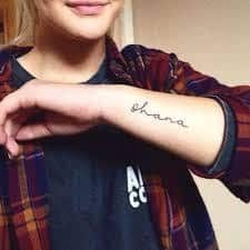 What does ohana tattoo mean? We have ohana tattoo ideas, designs, symbolism and we explain the meaning behind the tattoo. Little Tattoos, Mini Tattoos, Love Tattoos, Body Art Tattoos, Small Tattoos, Tatoos, Design Tattoos, Family Tattoos, Sister Tattoos