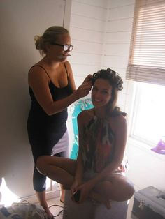 Sarah (Hair & Make-up Artist ) beim finishing. Und Model Juliana always smiling  #yvesrocher #shooting #kapstadt