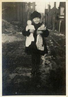 """Vintage foto """"Ella nunca dejarlos ir"""" niña bebé muñeca instantánea antigua foto…"""