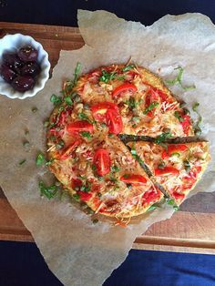 Pizza with a crust made of tuna! Seriously, things just got too weird around here! Only, it doesn't taste weird at all! I promise! Instead it tastes really good. And not very much of tuna. Healthy Tuna Recipes, Canned Tuna Recipes, Healthy Snacks For Kids, Healthy Foods To Eat, Pizza Recipes, Cooking Recipes, Keto Recipes, Canned Meat, Healthy Pizza
