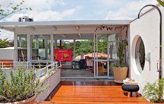 Na cobertura desta casa fica o ateliê de pintura da moradora, todo envidraçado, de onde é possível ter uma excelente vista da cidade de São Paulo. No terraço, deque com chuveirão. Projeto da arquiteta Simone Mantovani