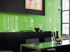 Cozinha com parede de vidro verde.