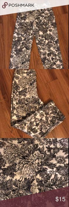 "rafaella womens spandex pants sz 6 cotton spandex pants black white floral   zipper sticks a bit  waist14.5"" inseam 24.5"" very cute summer pants   normal signs of wear Rafaella Pants Ankle & Cropped"