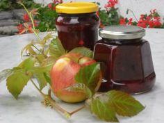Jablka oloupeme, zakapeme citronovou šťávou a švestky vypeckujeme. Asi 200 g ovoce pokrájíme na kousky, dáme stranou a ostatní rozmixujeme nebo...