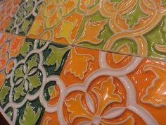 Os dias ainda estão cinzentos mas na Artes & Etc. não faltam peças de cerâmica com padrões muito coloridos! Passe pela nossa loja na Embaixada para alegrar o seu dia!