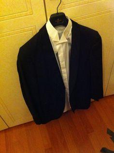 Outfit elegante, utile soprattutto per le feste e serate importanti, giacca nera con petto opaco e camicia con collo particolare fatto a posta da poterci abbinare magari un papillon. Prendo la mia ispirazione dalla televisione.