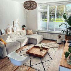 Heerlijk relaxen na een drukke dag of juist gezellig met vrienden kletsen: de woonkamer is dé plek waar het gebeurt. Maar hoe zorg je voor een woonkamer in jouw woonstijl? Bekijk allerlei soorten woonkamer ideeën, kies de stijl die bij je past en laat je inspireren! #woonkamer #woonkamerinspiratie #woondecoratie #woonaccessoires #woonkamerstyling #woonkamerinrichting #woonkameridee #interieurinspiratie #huiskamer   Bron: @syreeta.s_home Decor, Furniture, Outdoor Decor, Sectional Couch, Home Decor