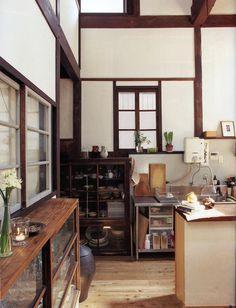 古物と建具、漆喰のコントラスト