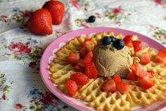 Healthy waffles with ice cream and berries. Sunne vafler med is og bær. Healthy Waffles, Healthy Sweets, Waffle Ice Cream, Stevia, Creme, Berries, Breakfast, Food, Baking Soda