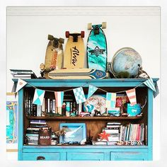 Interesting pieces tell interesting stories. This blue cupboard has been in many houses doing different things over the years. Nowadays it works in a modern teens room displaying his skateboards and it looks fresh as well as loved #stylist #styleme #home #teenage #bedroom #skateboards #skater #portfairy #lifestyle #decor #blue #dresser #cupboard #books #styled #worldglobe #obama #stuff #flags @tex_okeefe by missfarmerjojo