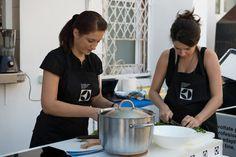 Cristina Toth si Elena David au gatit un pui cu sos de verdeata si garnitura de farfale delicios